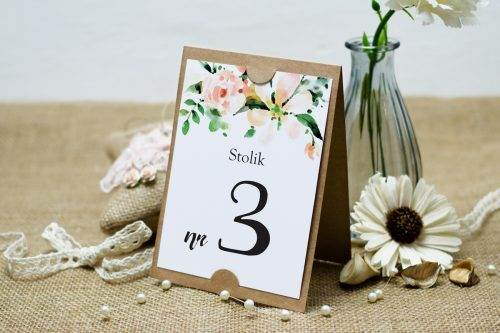 Biała magnolia numer stolika boho
