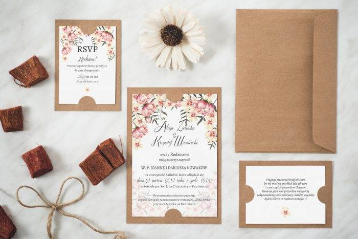 zaproszenie ślubne w stylu boho na podkładce
