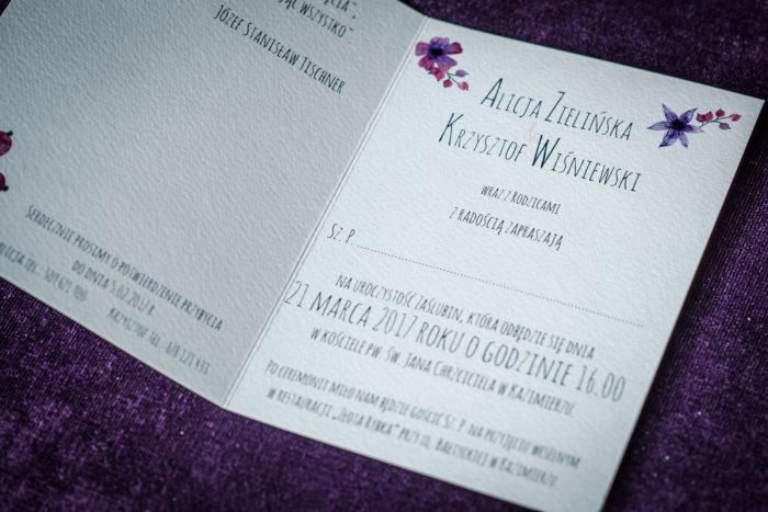 środek zaproszenia kwiesite wianki fioletowo niebieskie
