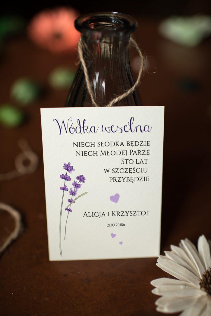 zawieszka-na-alkohol-do-zaproszen-kwiaty-lawenda-papier-satynowany-dodatki-zawieszka_jutowa
