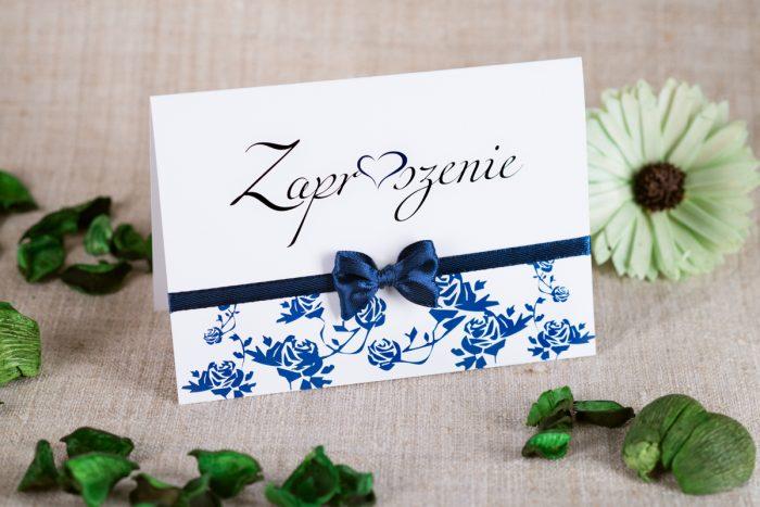 zaproszenie-slubne-ornament-z-kokardka-na-pasku-wzor-3-papier-satynowany-kokardki-na-pasku-chabrowa