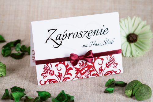 bordowe zaproszenie ślubne z ornamentem i kokardką