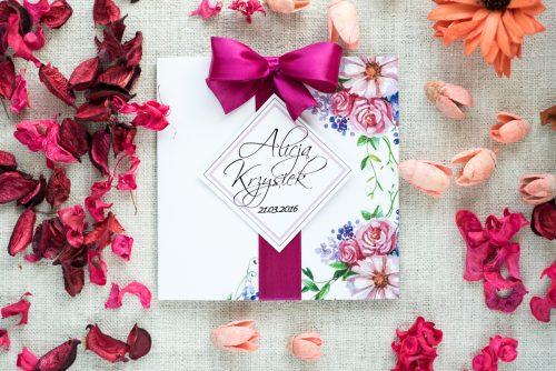 zaproszenie ślubne w kolorze fuksji w kwiaty z kokardą