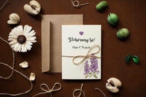 Zaproszenie na ślub w stylu rustykalnym z kwiatami fioletowymi bzami