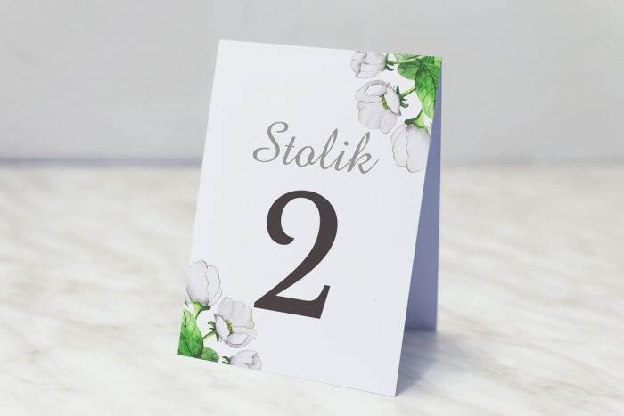 numer-stolika-pasujacy-do-zaproszenia-kwiaty-z-nawami-biale-anemony-papier-matowy