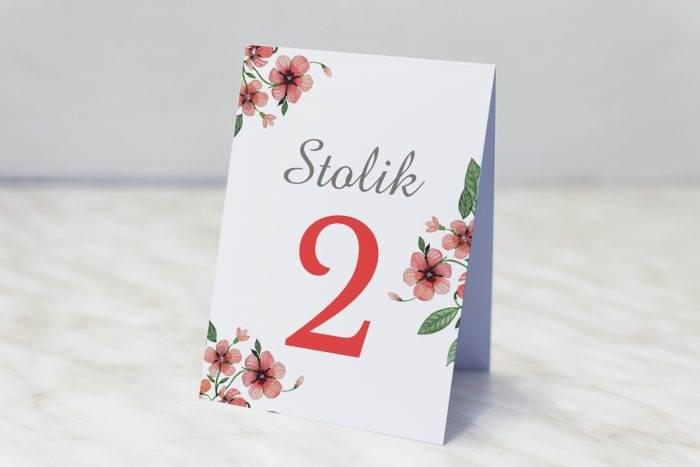 numer-stolika-pasujacy-do-zaproszenia-kwiaty-z-nawami-bratkowe-papier-matowy