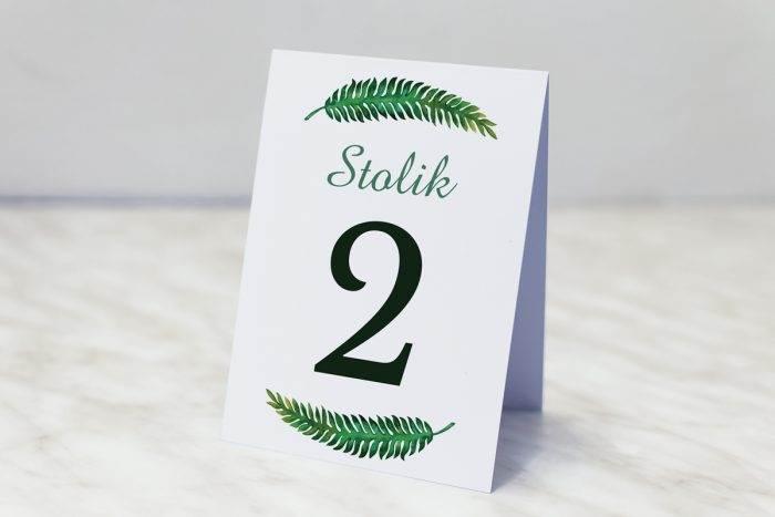 numer-stolika-pasujacy-do-zaproszenia-kwiaty-z-nawami-eukaliptus-papier-matowy