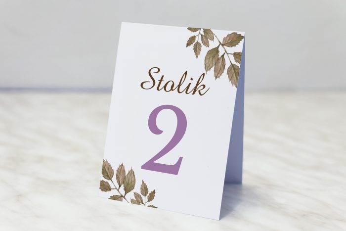 numer-stolika-pasujacy-do-zaproszenia-kwiaty-z-nawami-fioletowe-roze-papier-matowy