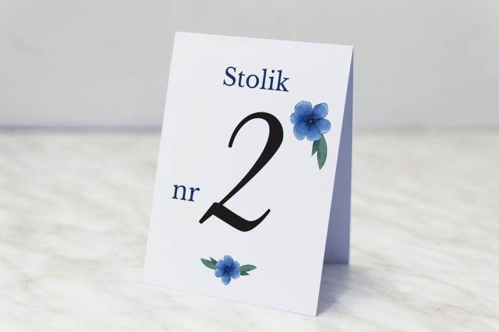 numer-stolika-pasujacy-do-zaproszenia-kwiaty-z-nawami-niebieskie-kwiaty-papier-matowy