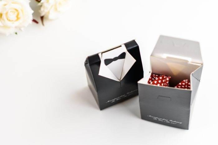 pudełko na podziękowania dla gości weselnych w kształcie garnituru smokingu