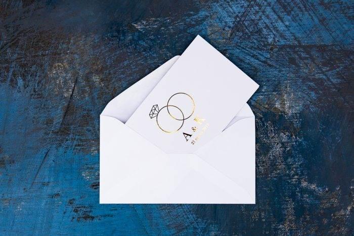 złocone zaproszenie z kopertą