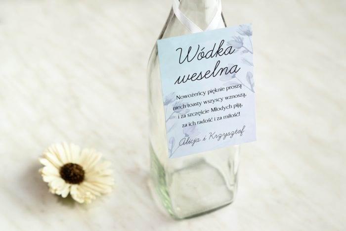 zawieszka-na-alkohol-do-zaproszenia-granatowe-drobne-kwiaty-dodatki-zawieszka-papier-satynowany