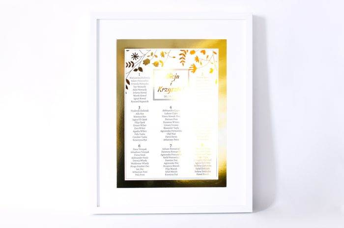 plan-stolow-weselnych-zlote-lustro-kwiaty-i-paprocie-dodatki-ramka-papier-matowy-podkladki-