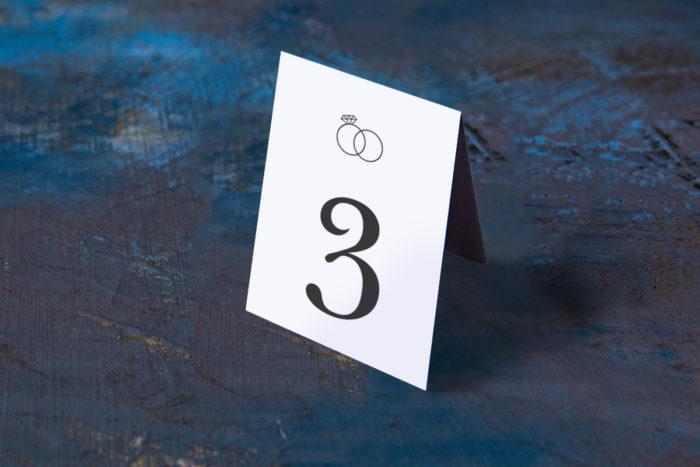 numer-stolika-pasujacy-do-zaproszenia-zlote-obraczki-papier-matowy