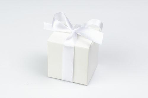 pudełęczko na krówki z białą kokardą