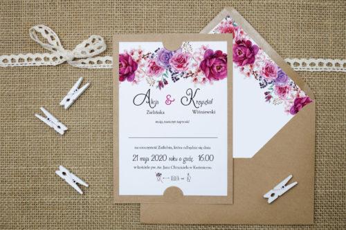 zaproszenie ślubne na podkładce z fuksjowymi kwiatami