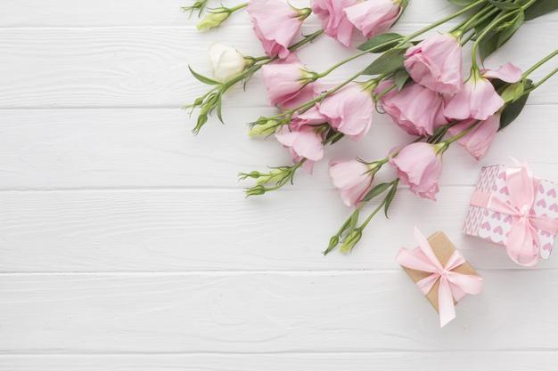 rozowe-roze-i-prezentow-pudelka-na-drewnianym-tle_23-2148268275