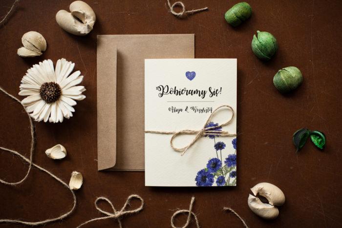 rustykalne-zaproszenie-slubne-kwiaty-chabry-papier-satynowany-dodatki-szn_jutowy-koperta-bez-koperty