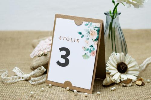 numer stolika w beżowych kwiatach