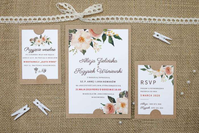 zaproszenie z dodatkowymi karteczkami w jasnych kwiatach