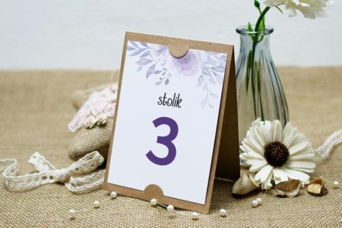 numer stolika we wzorze fioletowych kwiatów