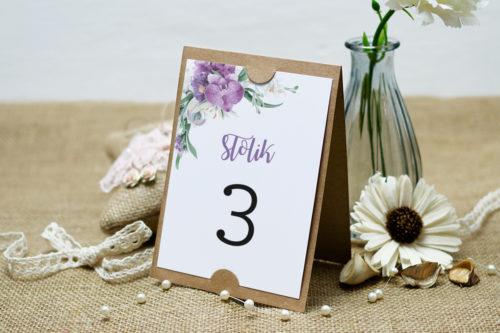 numer stolika z fioletowym bukietem