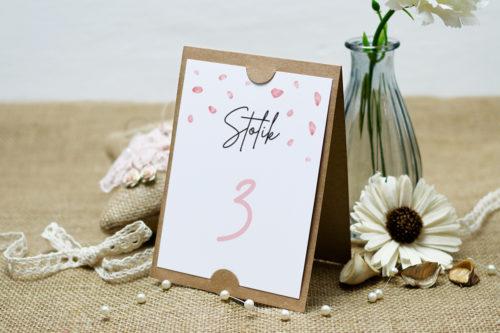 numer stolika z płatkami kwiatów wiśni
