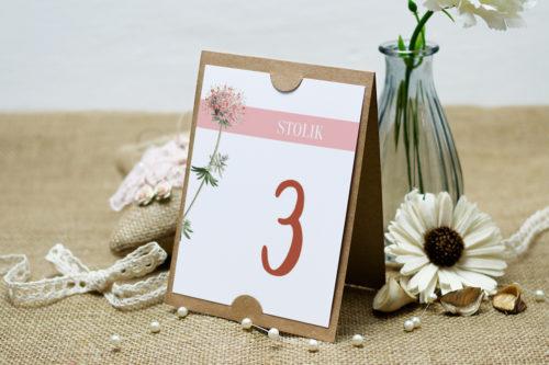 numer stolika z różowym kwiatem