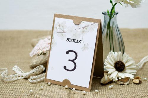 numer stolika z kwiatem wiśni