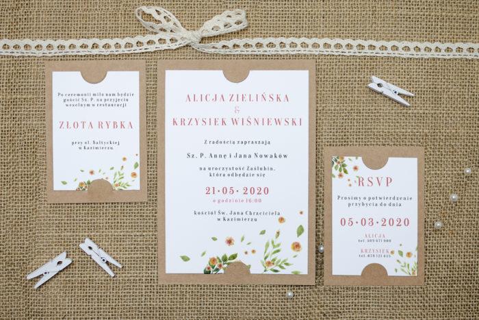zaproszenie z dodatkowymi karteczkami we wzorze rozrzuconych kwiatów