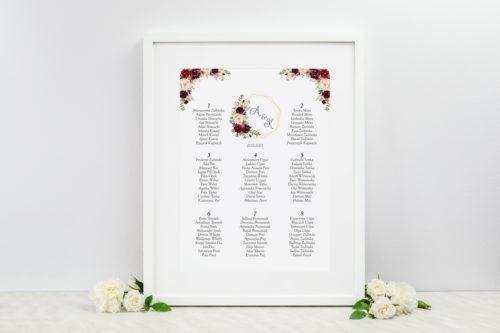 tablica weselna z bordowymi kwiatami
