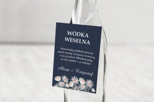 zawieszka na alkohol z nawami białe kwiaty czarne tło