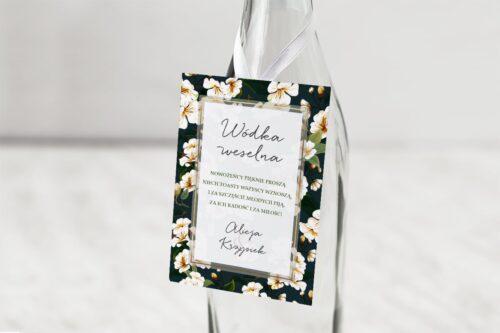zawieszka na alkohol wzór 19 białe kwiaty na czarnym tle