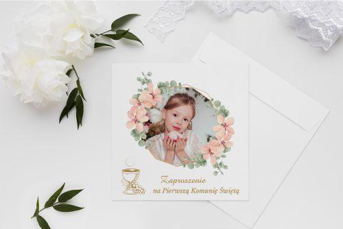 zaproszenie na komunie z wiankiem kwiatów i zdjęciem