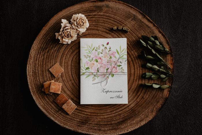 zaproszenie ślubne z pudrowym bukietem kwiatów