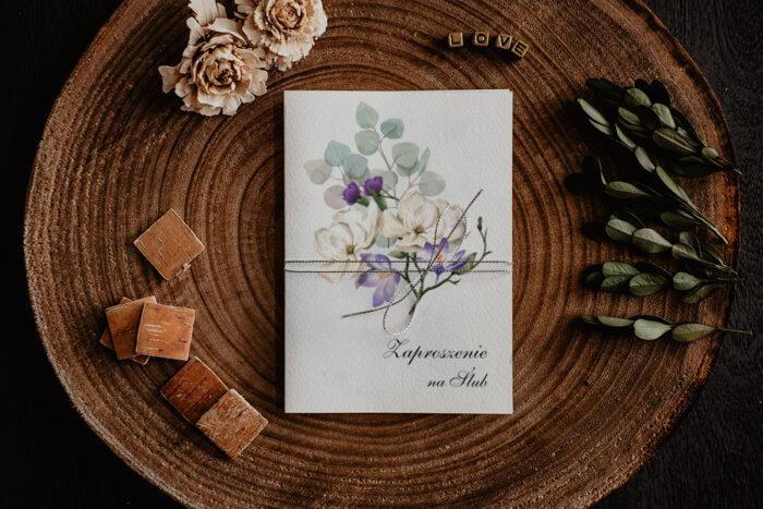 zaproszenie ślubne z biało fioletowym bukietem kwiatów