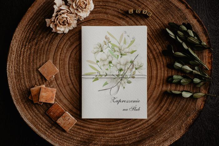 zaproszenie ślubne z białymi gałązkami kwiatów