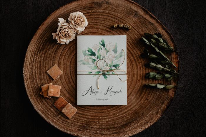 zaproszenie ślubne z białymi kwiatuszkami