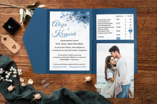 Zaproszenie-ze-zdjeciem-i-kalendarzem-w-kieszonce-wzor-blue-2