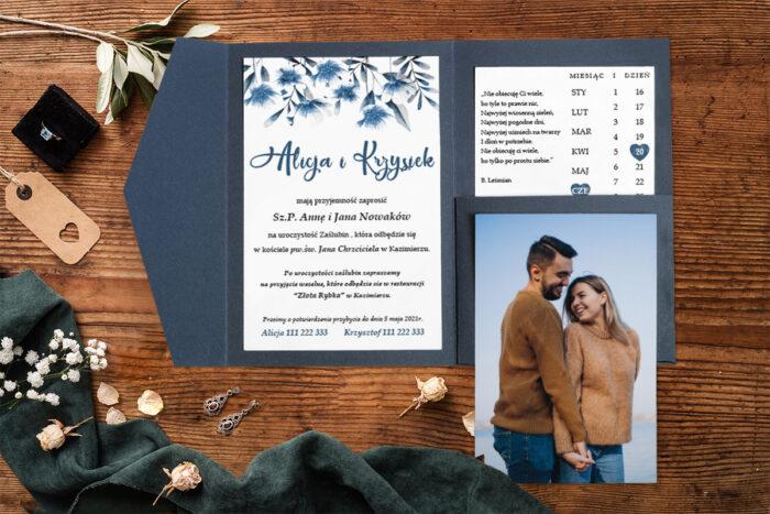 zaproszenie-na-slub-zdjeciekalendarz-w-folderze-niebieskie-kwiaty-papier-matowy-folder-z-kieszonkami-