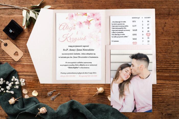zaproszenie-na-slub-zdjeciekalendarz-w-folderze-kwiaty-jabloni-papier-matowy-folder-z-kieszonkami-