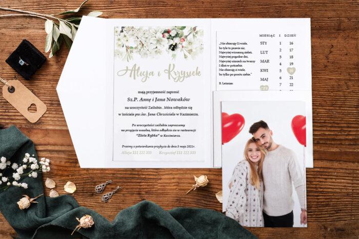 zaproszenie-na-slub-zdjeciekalendarz-w-folderze-biale-wiosenne-kwiatuszki-papier-matowy-folder-z-kieszonkami-