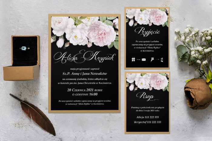 zaproszenie ślubne z podkładką i białymi kwiatami