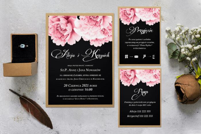 zaproszenie ślubne z podkładką i różowymi kwiatami