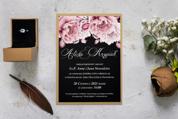 zaproszenie ślubne z podkładką z różowymi kwiatami