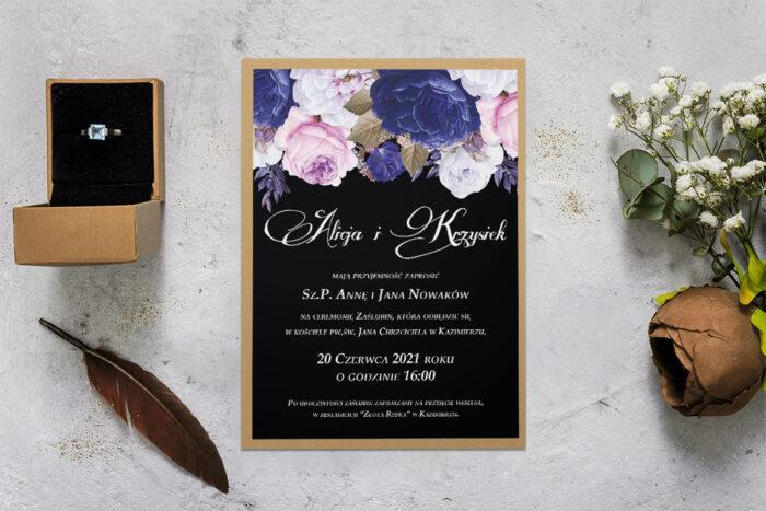 zaproszenie ślubne z podkładką i niebiesko białymi kwiatami