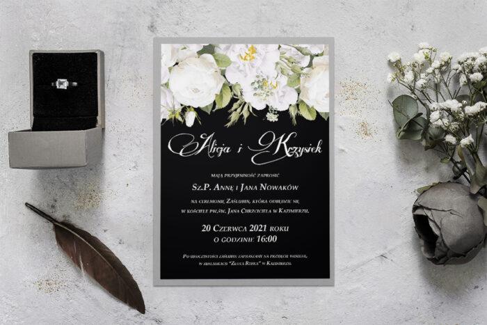 zaproszenie ślubne z podkladką i białymi kwiatami