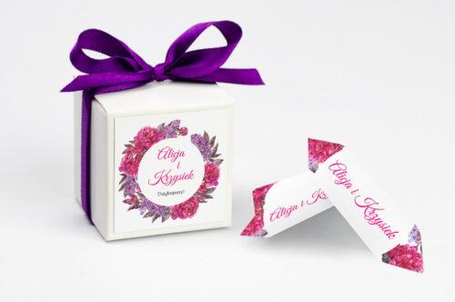personalizowane pudełeczko na krówki z wiankiem fuksjowych kwiatów