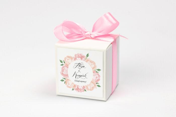 personalizowane pudełeczko na krówki z wiankiem pudrowych kwiatów
