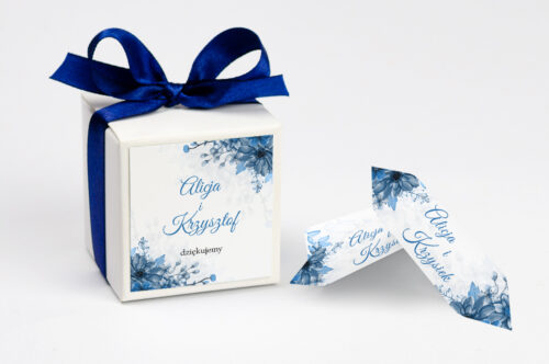 personalizowane pudełeczko na krówki z niebieskimi kwiatami